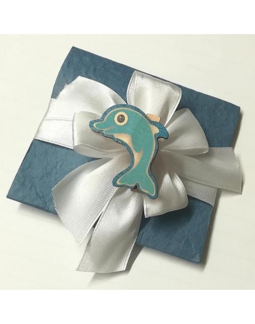 Pacchetto confetti carta di cotone con molletta delfino